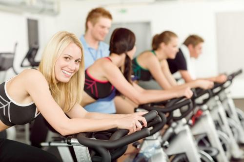 Fiatalok a fitness teremben
